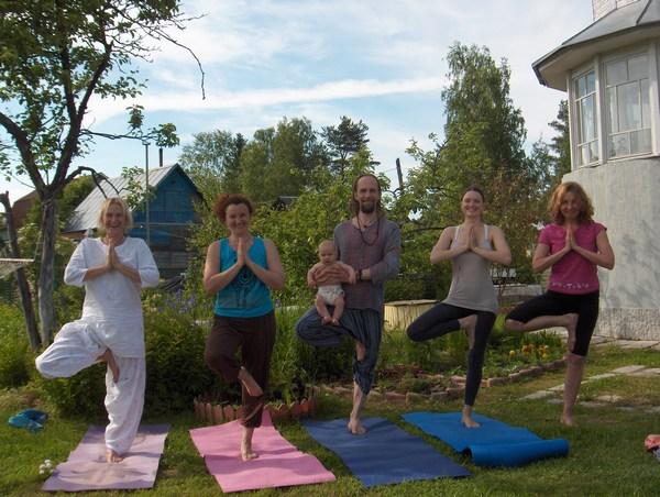 Занятие йогой 21 июня на ретрите Петербургского центра Аммы, посвященном Международному дню йоги.